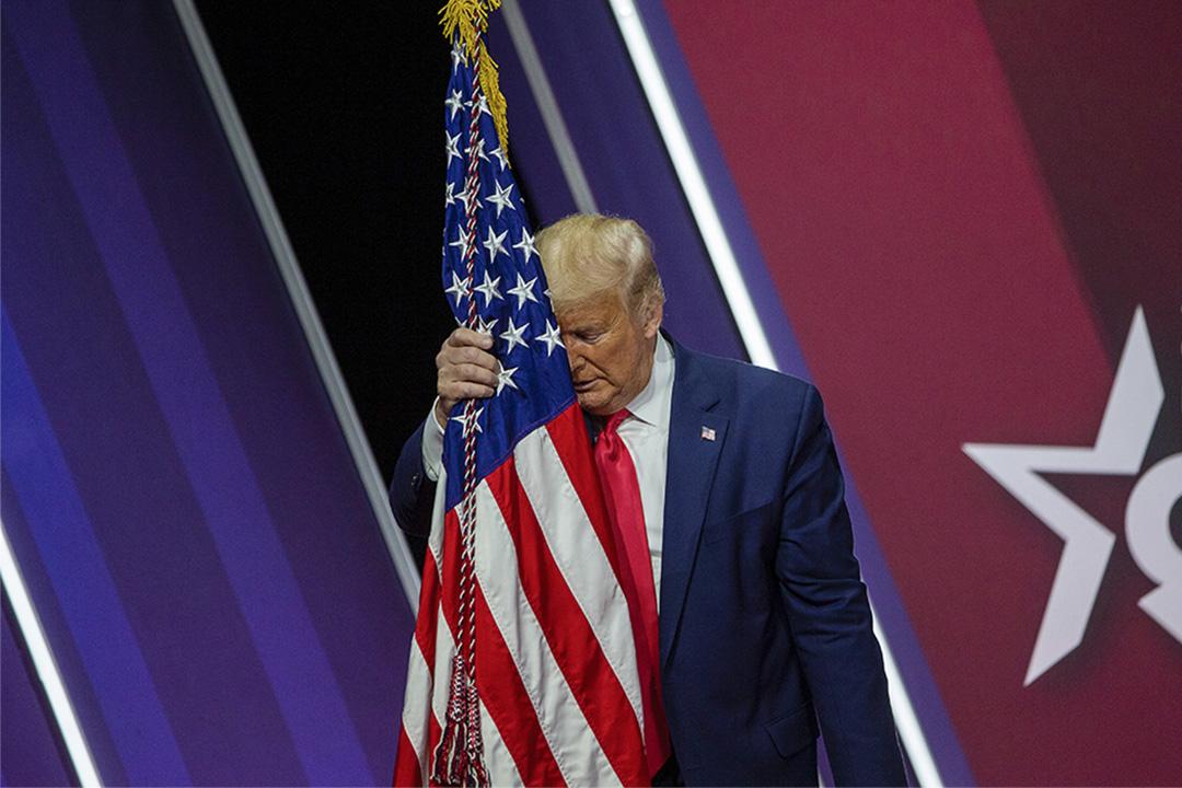 2020年2月29日馬里蘭州,於CPAC會議特朗普總統將頭放在美國國旗上。 攝:Tasos Katopodis/Getty Images