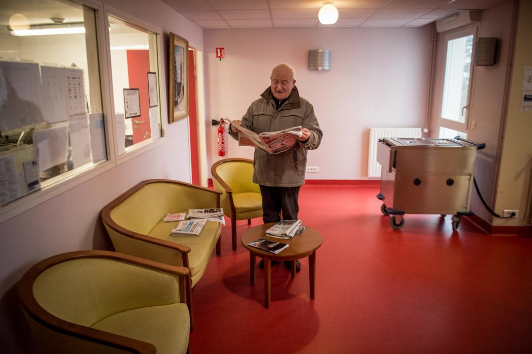 2020年3月4日,法國布雷斯特一家安老院內,一名長者正在讀報紙。
