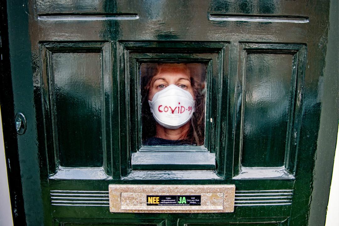 2020年3月17日,荷蘭海牙,一名40歲女性在家中隔離。她兩週前從意大利歸來,對2019冠狀病毒檢測呈陽性。 攝:Robin Utrecht/Getty Images