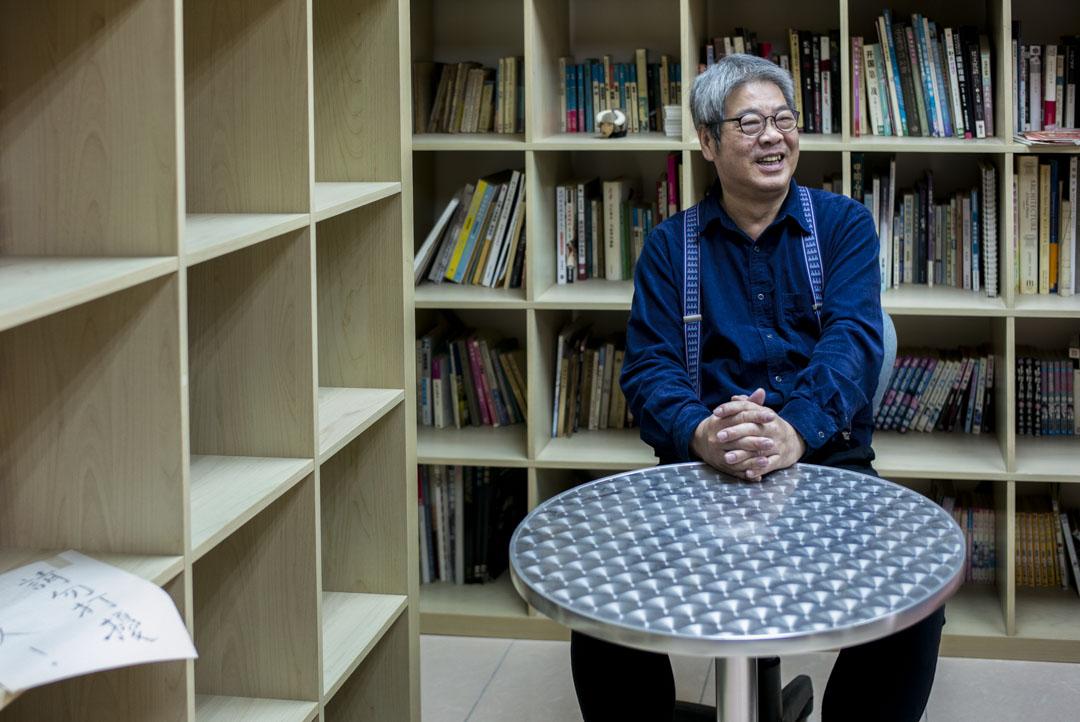 施永遠說他最喜歡看小說,辦公室的書架擺放了不少小說。