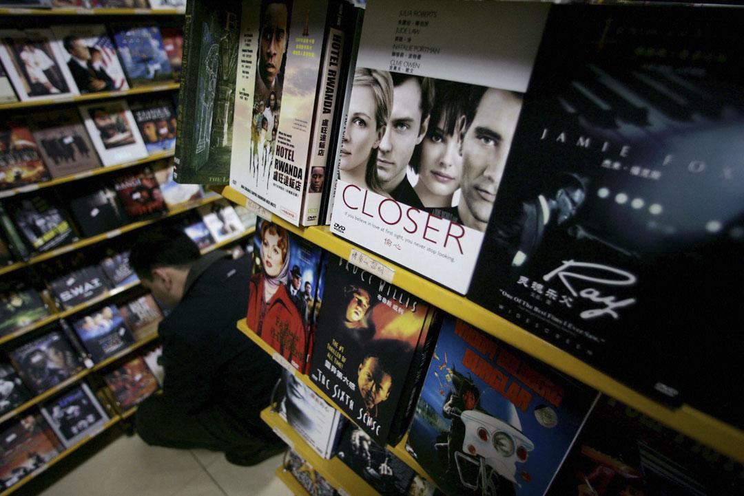2005年3月11日,北京一位顧客選購盜版DVD。