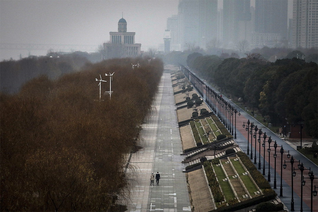 2020年1月27日,兩個武漢居民走在空蘯的公園。