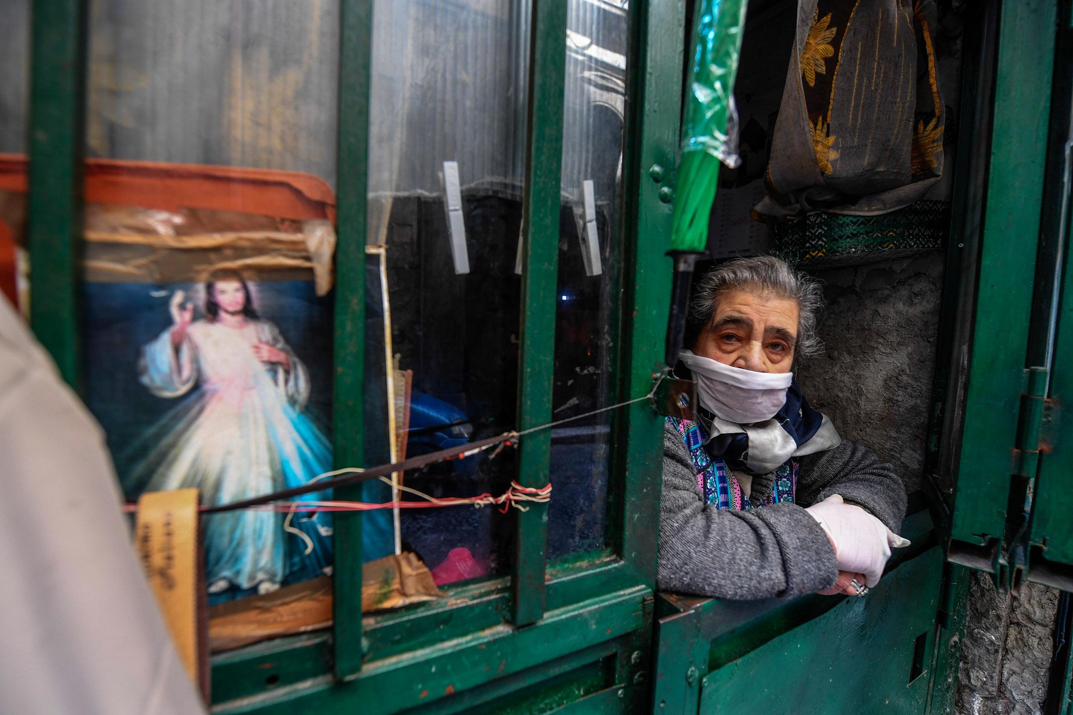 2020年3月14日,意大利坎帕尼亞一名老人挨著窗邊。 攝:Salvatore Laporta/Kontrolab/LightRocket via Getty Images