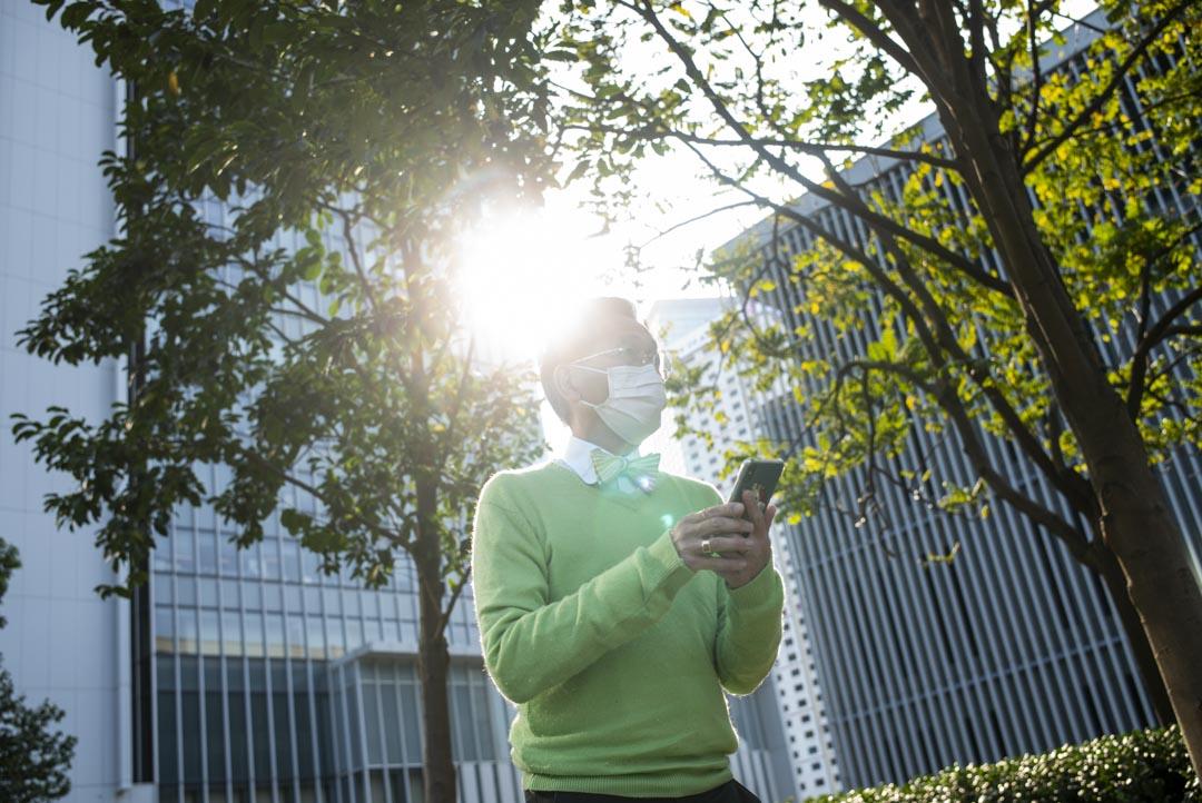 黎青龍表示自從疫情開始,所有記者拍他的照片都要戴著口罩!他說傳遞這個訊息好重要。