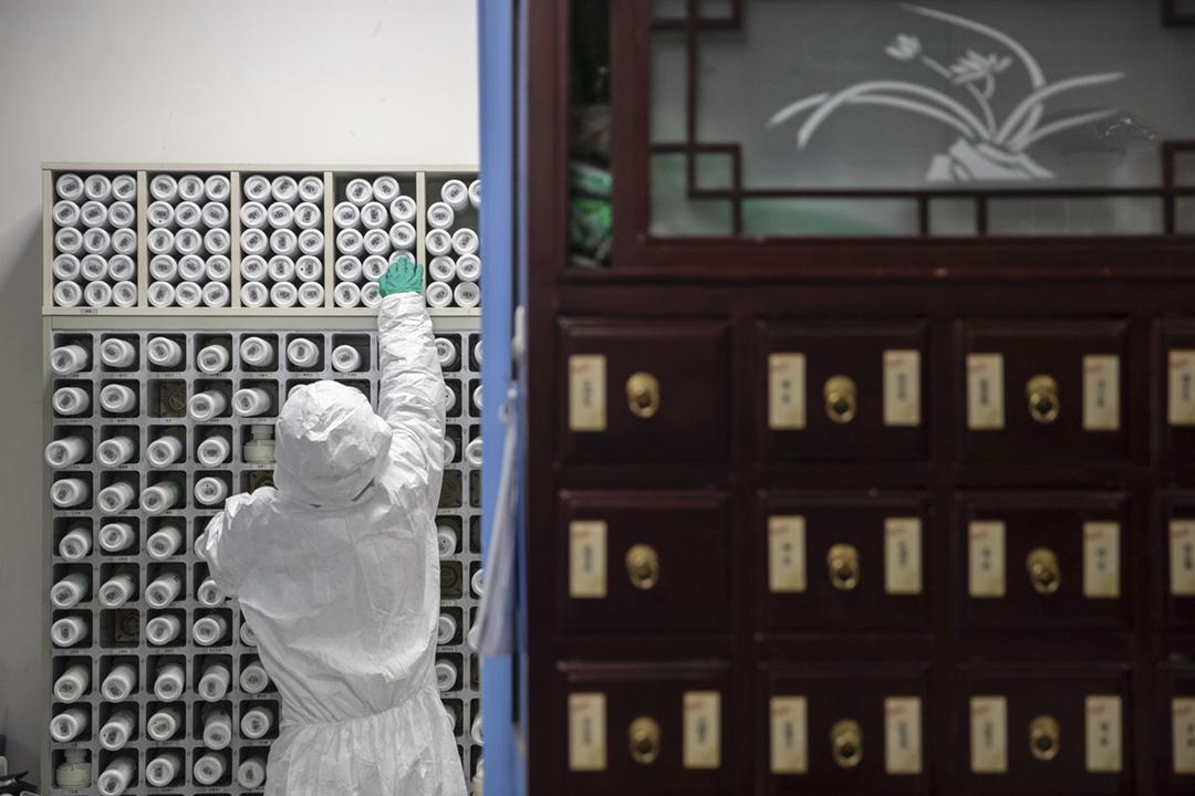 2020年3月2日在中國湖北省武漢市一間中醫院,一名藥劑師正在編配用於治療「新冠肺炎」患者的中藥。 攝:STR / AFP via Getty Images