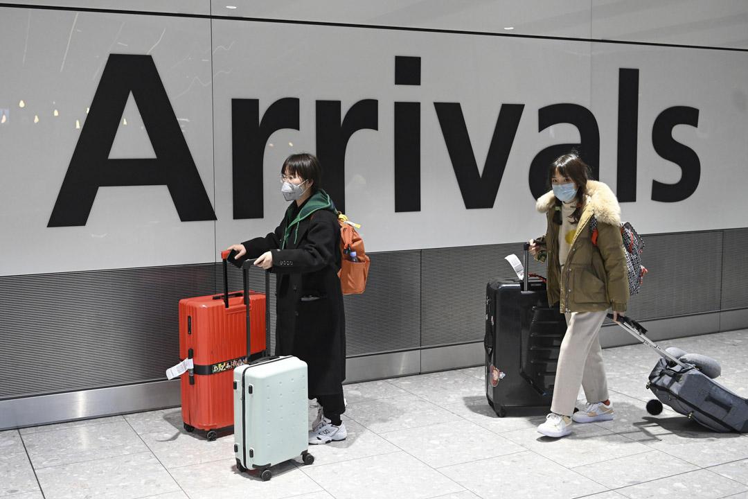 2020年1月28日,倫敦希思洛機場的乘客不少都戴上口罩。
