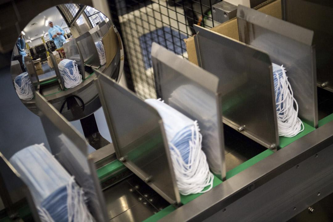 2020年2月1日,法國西部的一間口罩工廠的生產鏈。