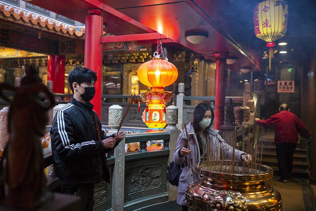 2020年2月19日,信眾在台北松山的宮廟參拜。