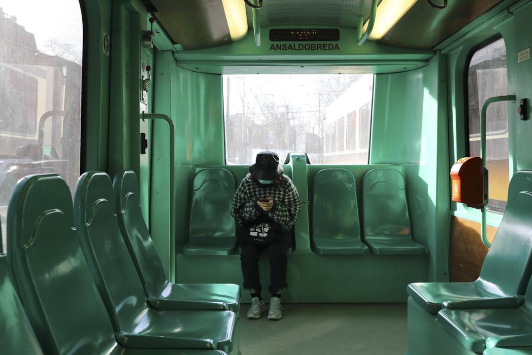 2020年2月27日,意大利米蘭的公共交通上,一名戴了口罩的婦女。
