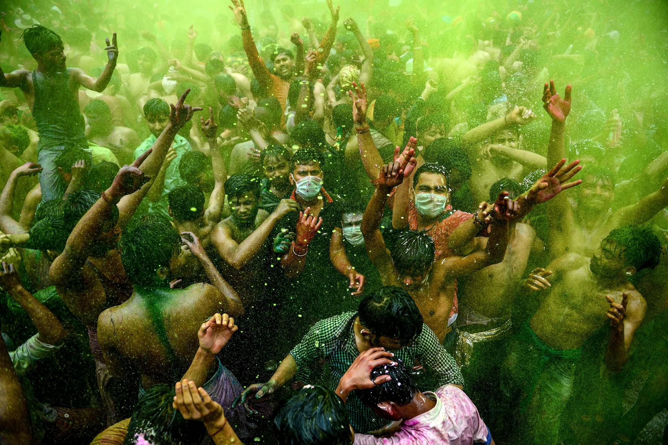 2020年3月10日,印度人正在安拉阿巴德慶祝侯麗節,當中有人戴著口罩。