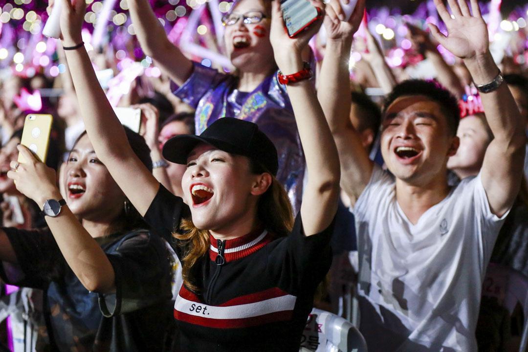 一個音樂會上,熱情歌迷為偶像吶喊。