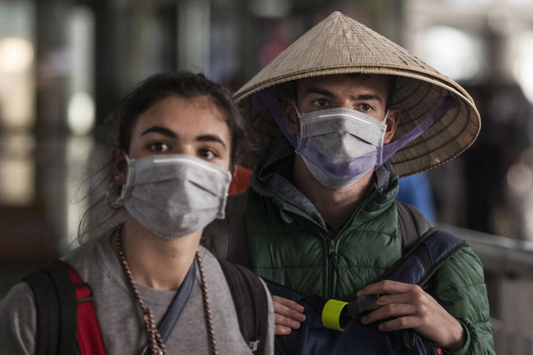 2020年1月30日,北京兩名外藉人士戴著口罩。 攝:Kevin Frayer/Getty Images