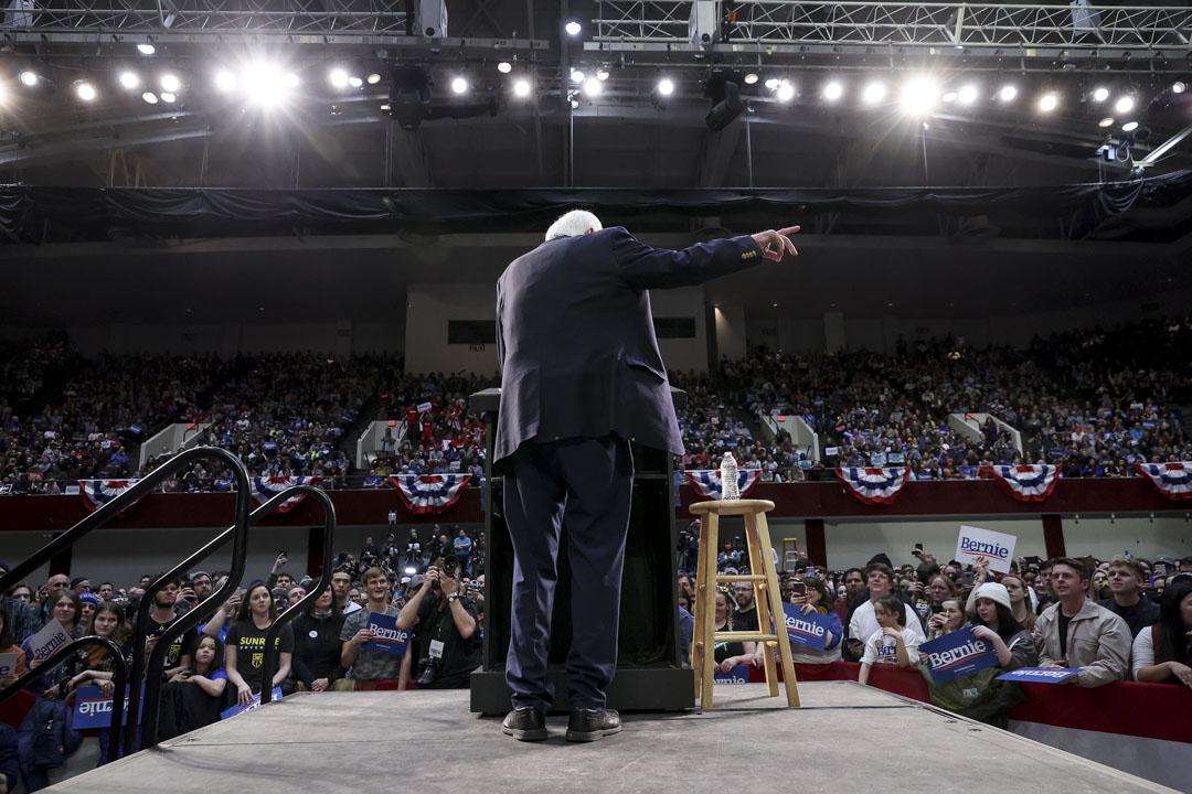2020年3月2日,民主黨總統參選人桑德斯在明尼蘇達州舉行的競選集會上向數千名支持者致辭。