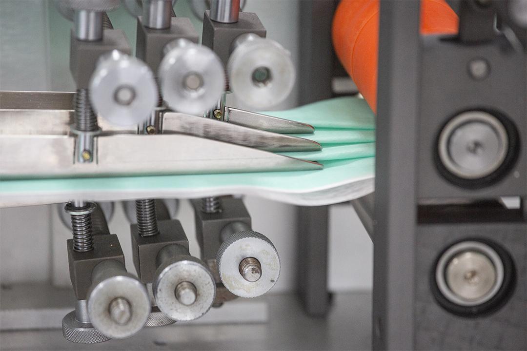 2020年2月14日,鶯歌一間口罩機台製造廠內正生產口罩。