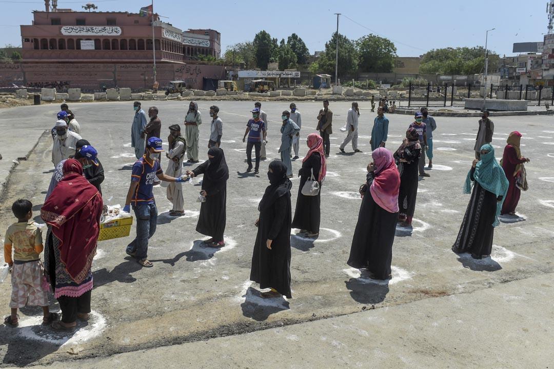 2020年3月27日,巴基斯坦全國封鎖期間,人們站在地面上指定的區域保持距離。