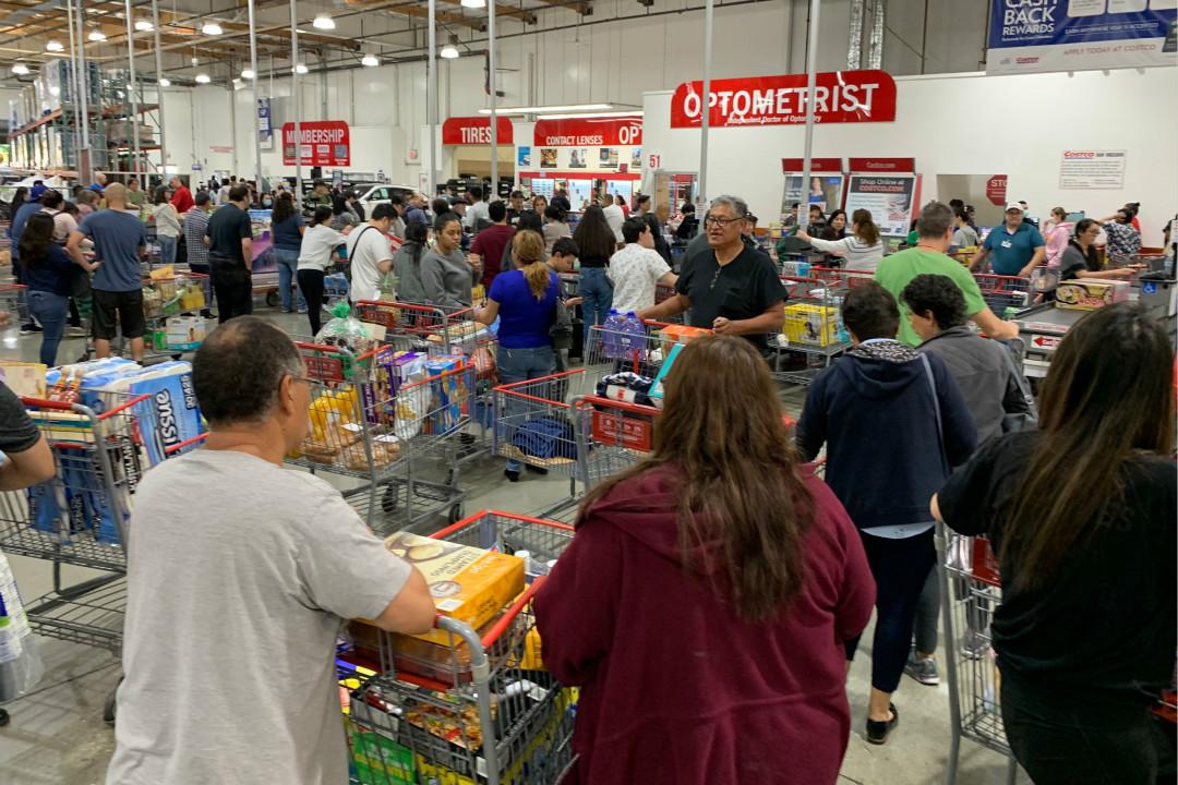 2020年2月29日,美國加州三藩市,市民因擔心新冠疫情爆發,在超市大量採購食物和日用品。 攝:Mark Ralston/Getty Images