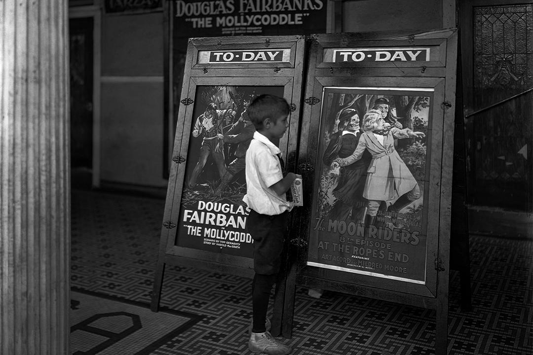 1920年一個小男孩看著美國電影院的海報。