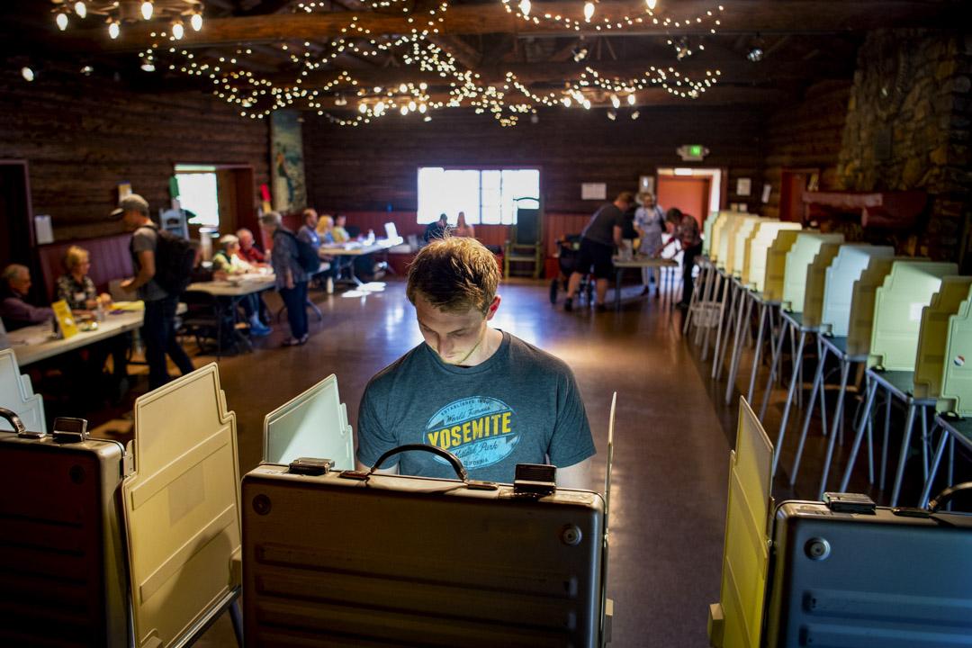2020年3月3日, 選民在加州民主黨總統初選票站進行投票。