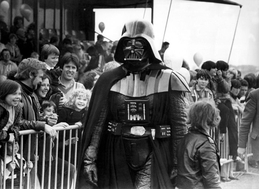 1980年5月24日,一個打扮成星戰黑武士的人在活動上。