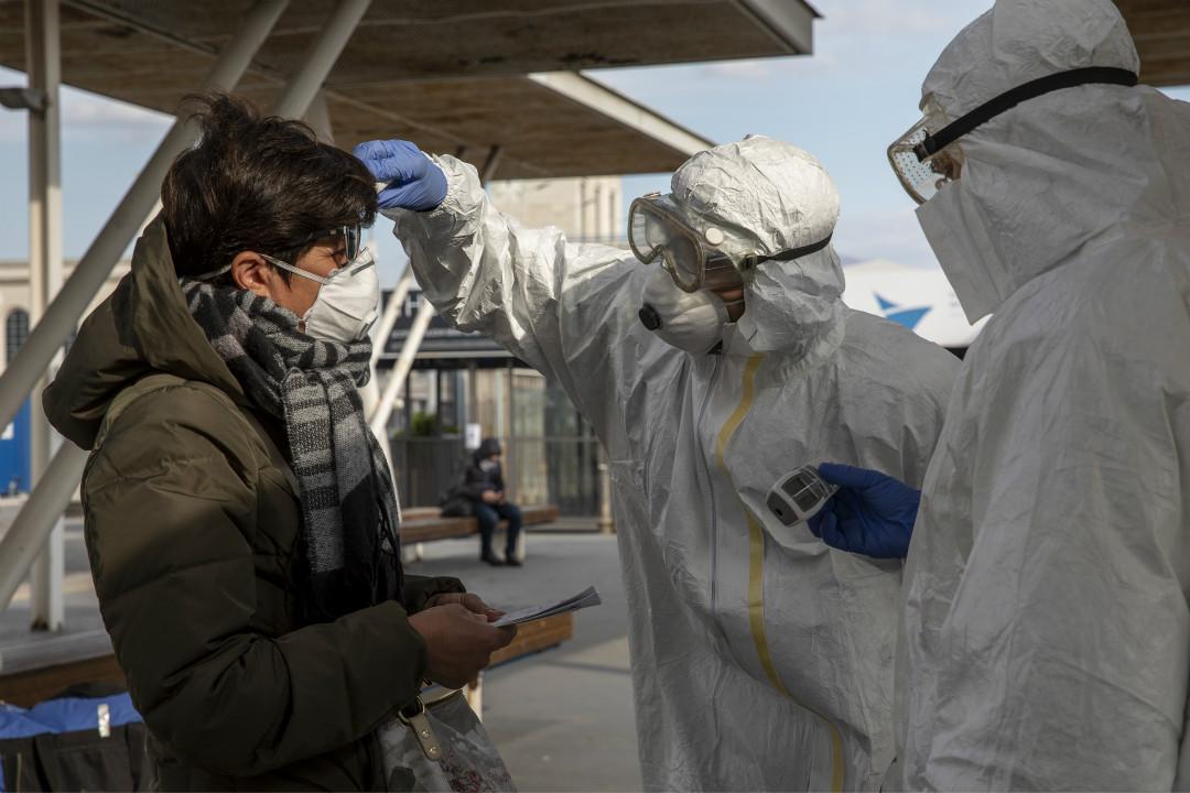 2020年3月10日,意大利那不勒斯,醫務人員檢查旅客提問。 攝:Getty Images