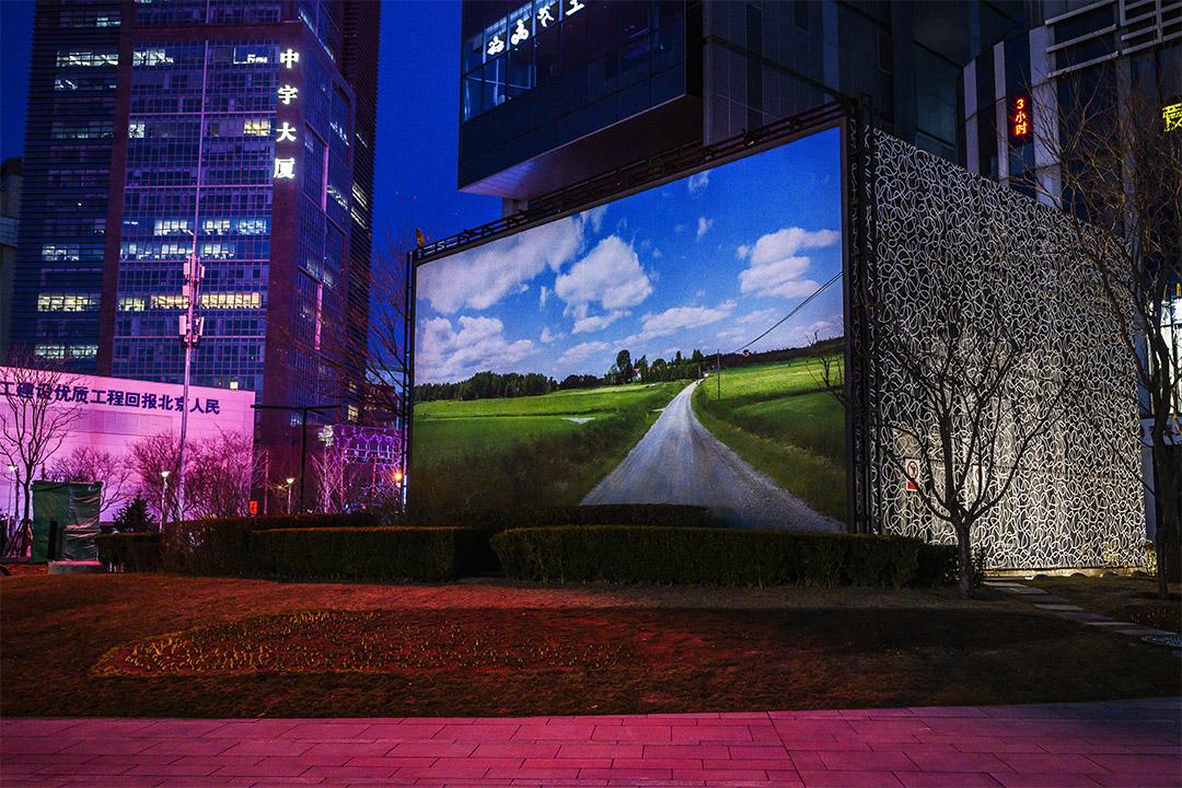 2020年3月10日一個平常繁忙的北京商城,一個廣告牌放置在無人的街道。