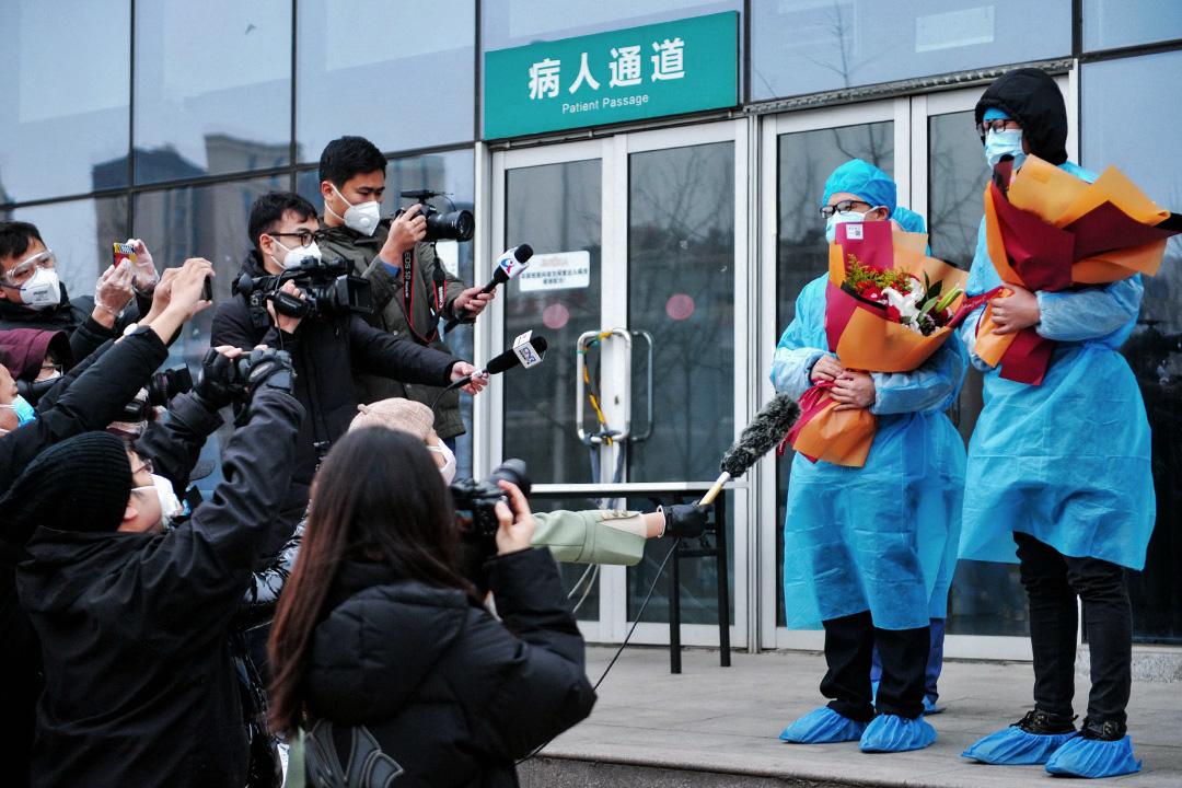 2020年2月4日山東青島大學附屬醫院,兩名病患者在接受採訪。