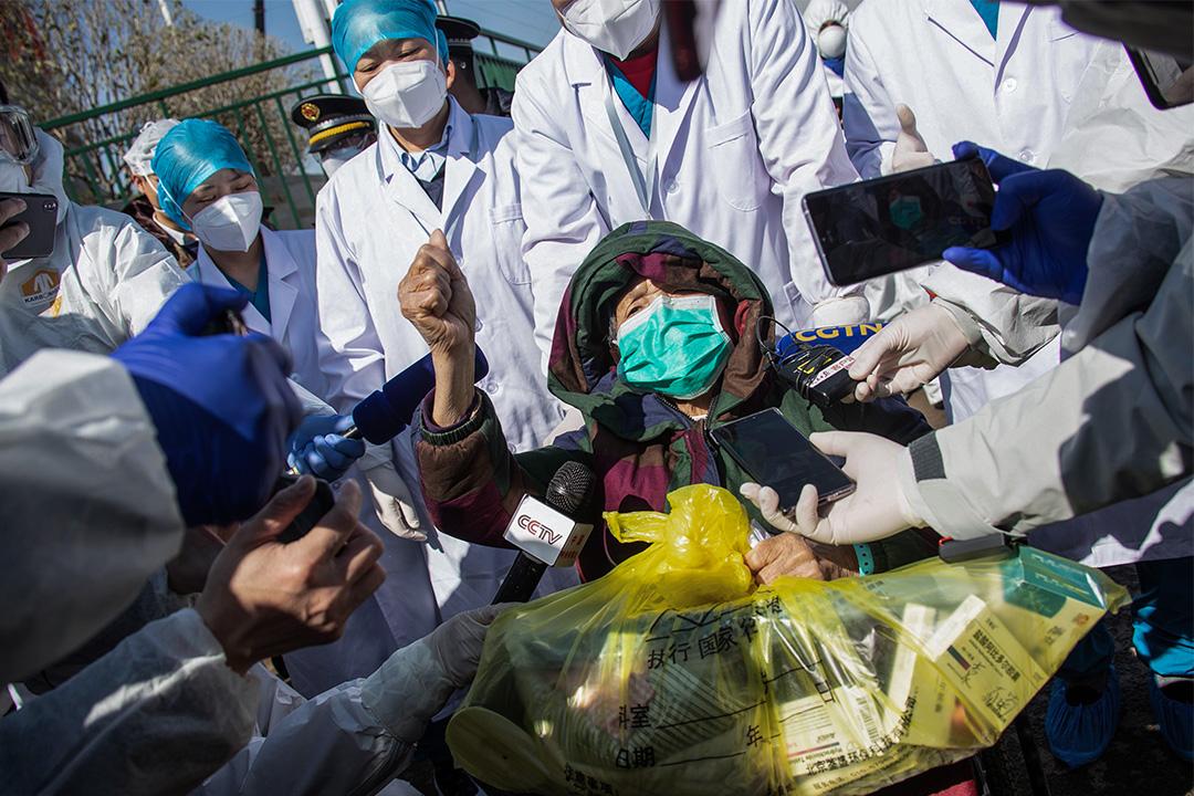 2020年2月18日,一名83歲的康復患者於中國湖北省武漢市新建的雷神山醫院出院。
