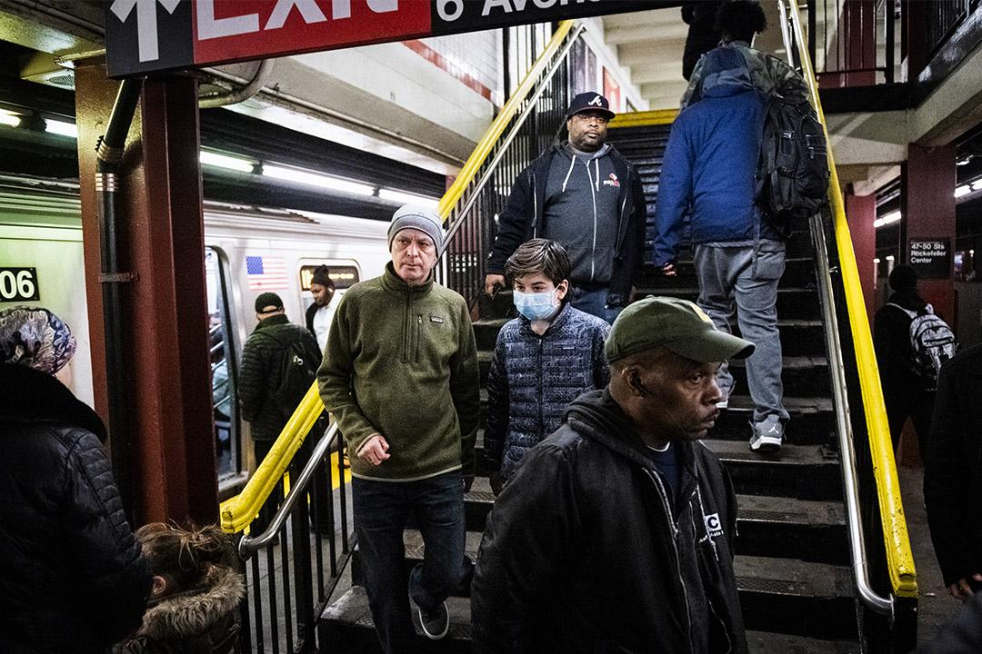 2020年3月12日美國紐約,地鐵站內一名戴著口罩的乘客。