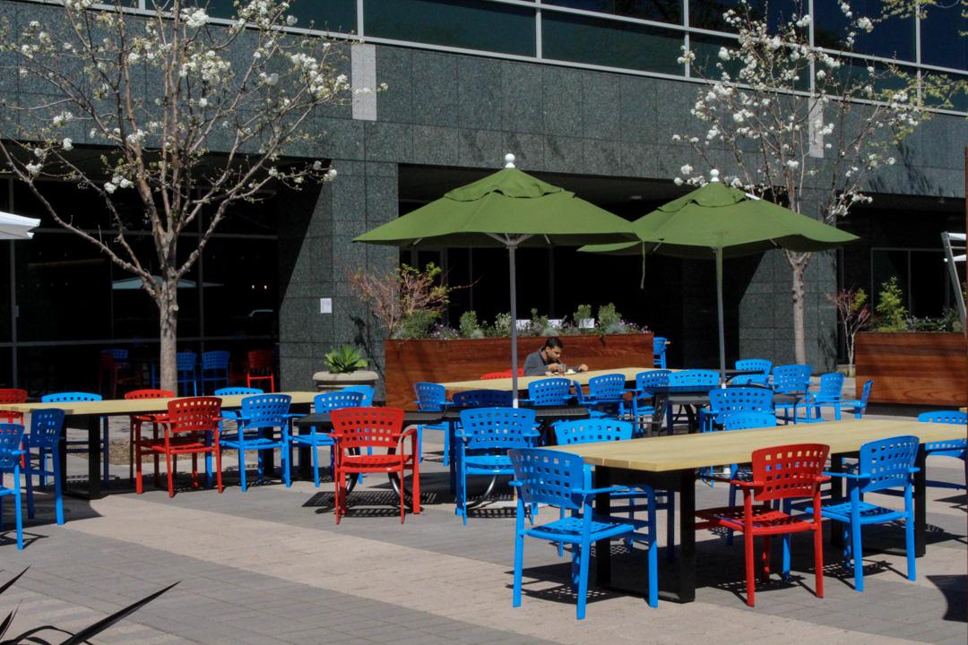 2020年3月12日,一名谷歌的員工在矽谷的辦公室獨自在吃午餐。