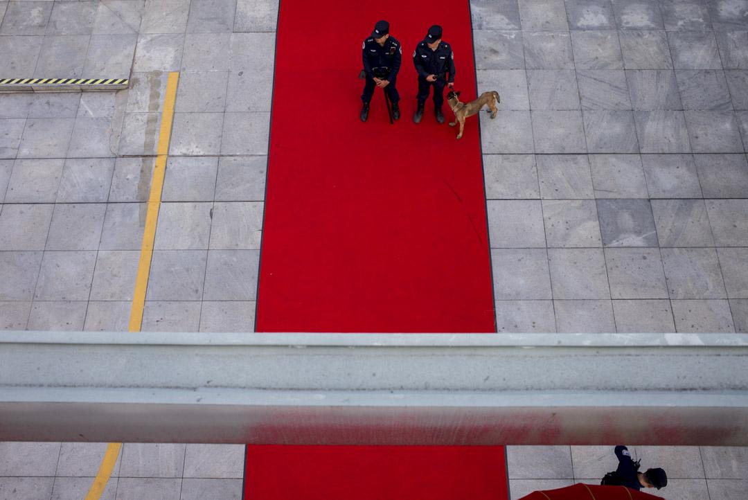 深圳,駐守中的警察。