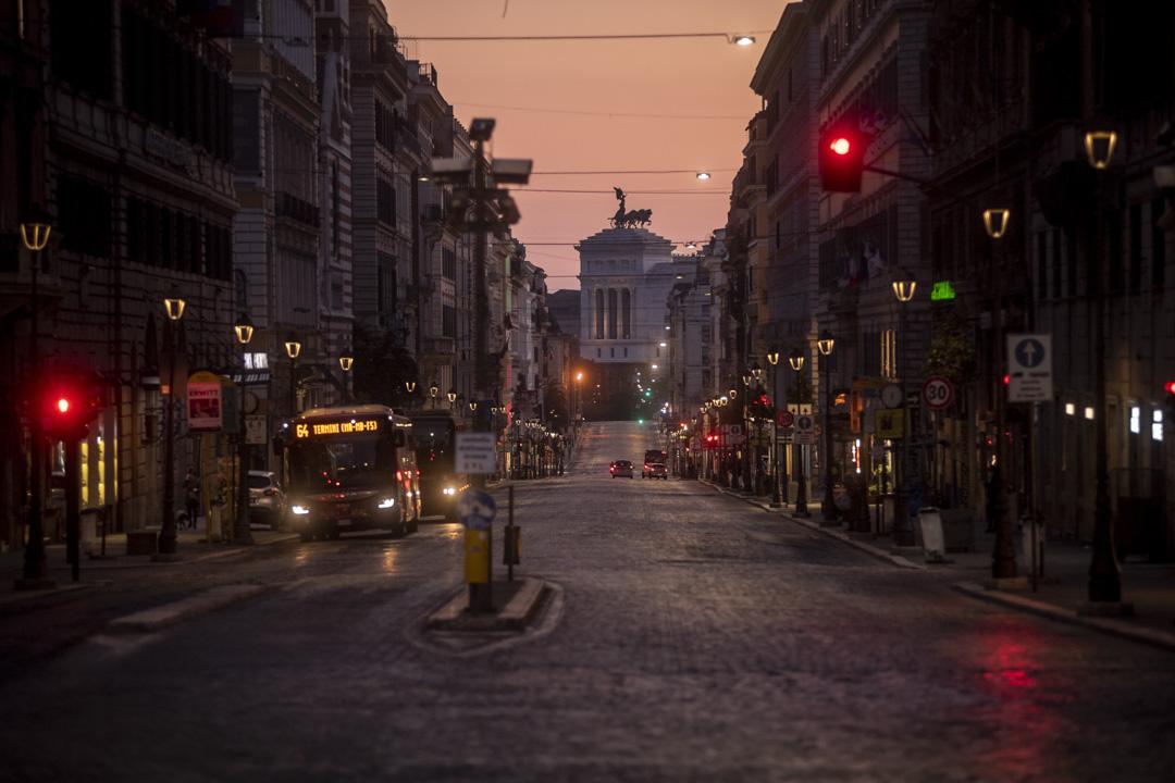 2020年3月19日,意大利羅馬Via Nazionale和Vittoriano紀念碑外杳無人煙。意大利政府繼續執行全國封鎖措施,以控制冠狀病毒的擴散。 攝:Antonio Masiello/Getty Images