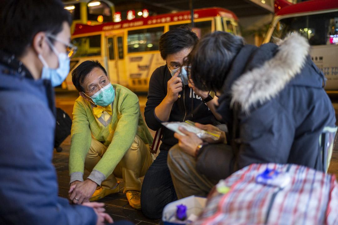 黎青龍跟醫學生和社工在灣仔尋找露宿者的身影,逐個跟他們聊天和派口罩。