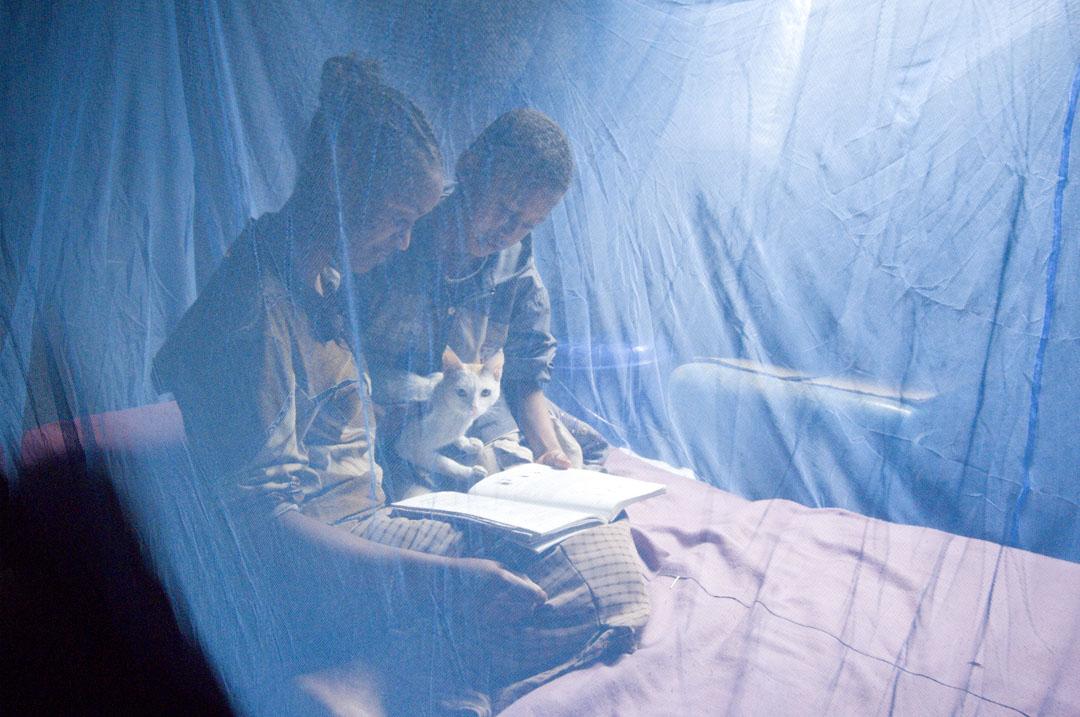 2007年05月10日,埃塞俄比亞瘧疾嚴重,一雙兄妹在蚊帳內。