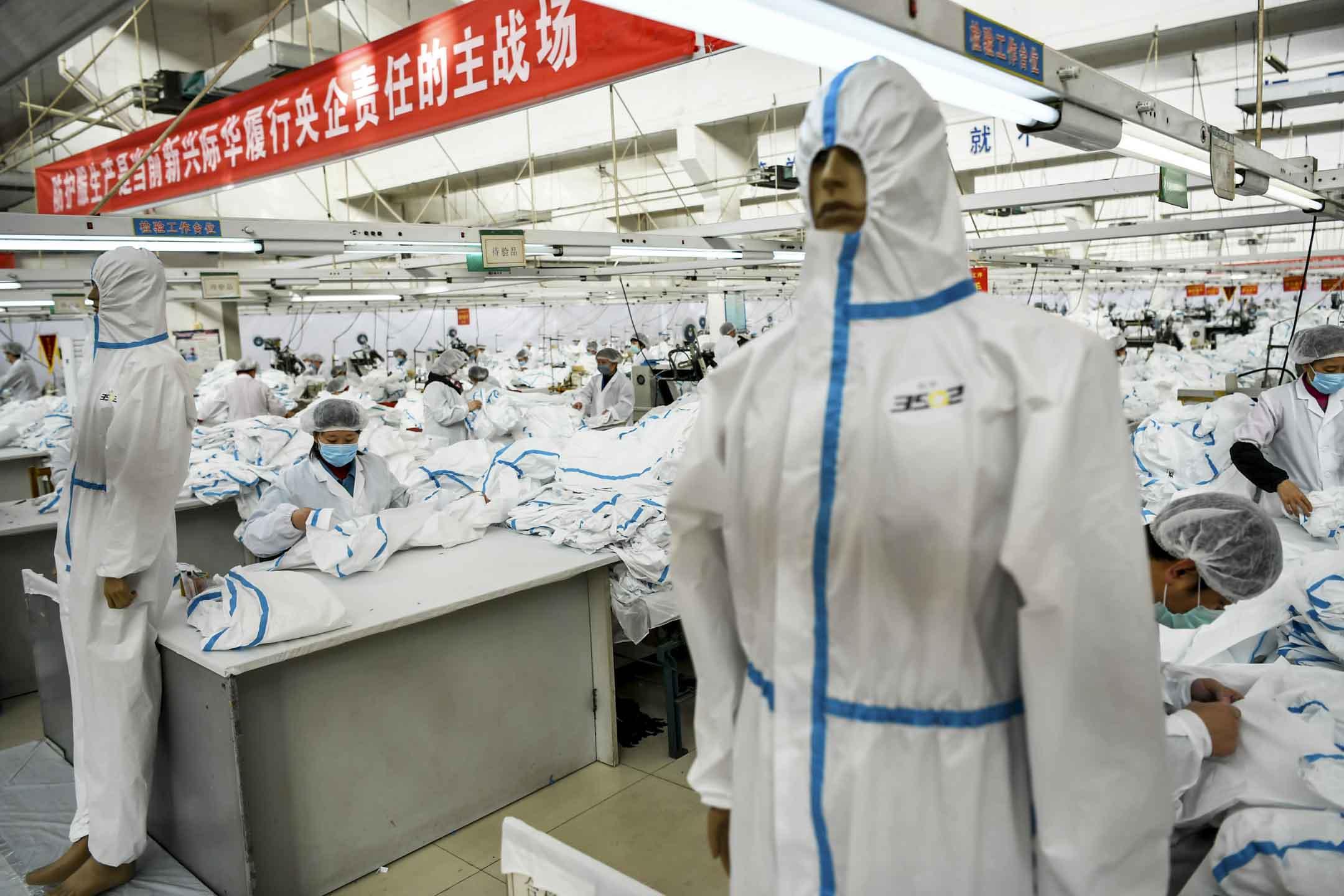 2020年2月17日,中國河北石家莊一間工廠,工人每天生產26000件防護服,並於24小時內將其送到武漢。 攝:TPG/Getty Images