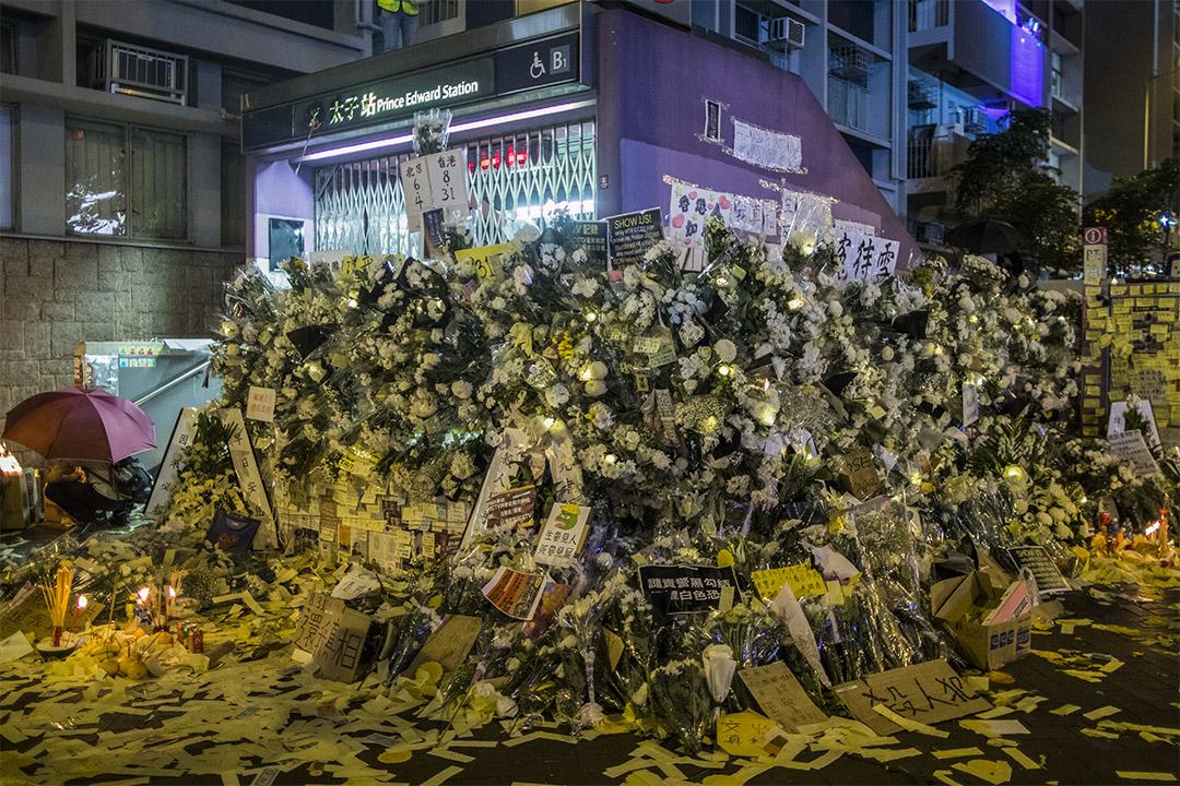 2019年9月7日,港鐵太子站外放滿鮮花及祭品。 攝:陳焯煇 / 端傳媒