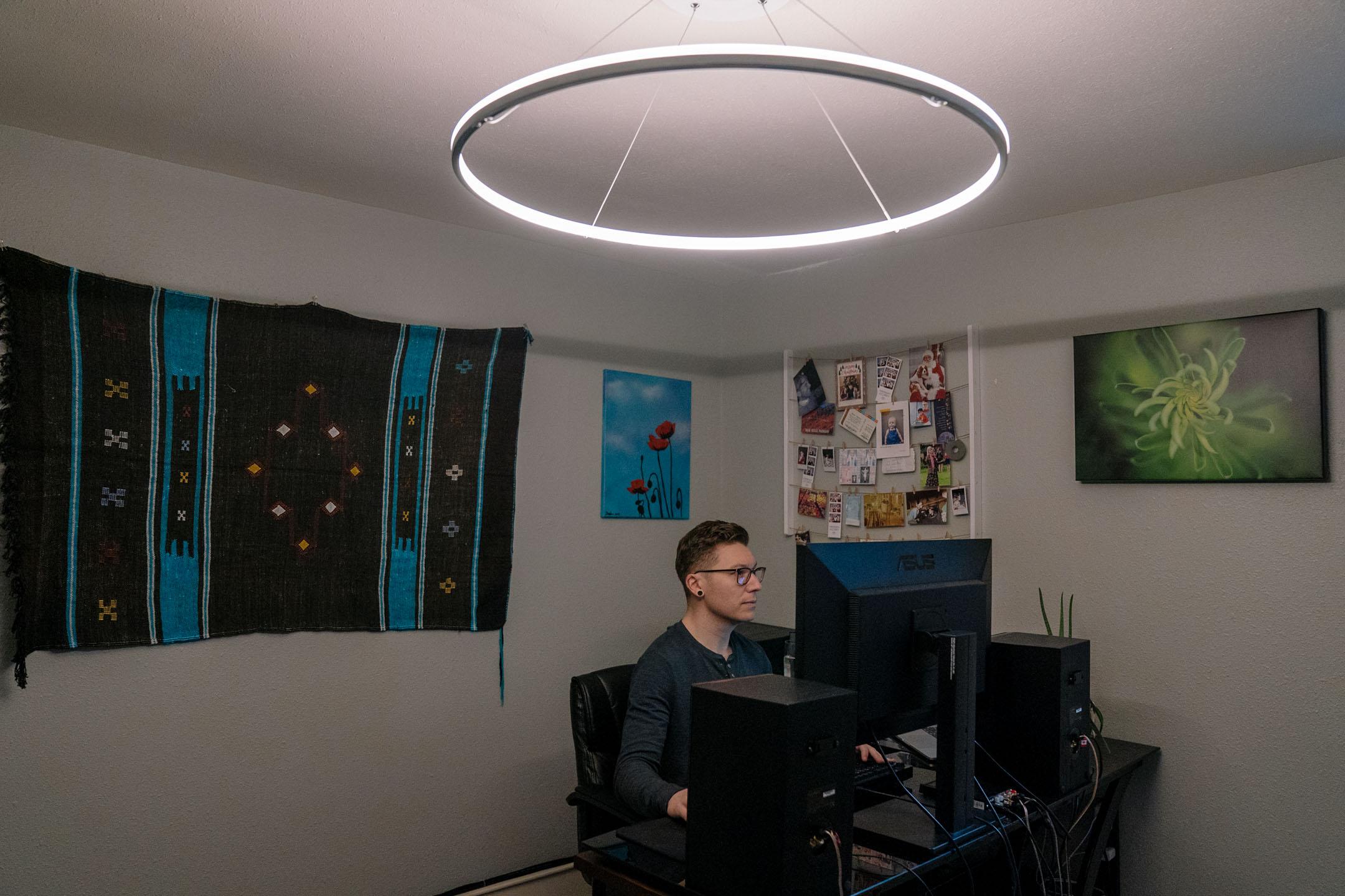 2020年3月12日,西雅圖一名程式設計師正在家中工作。 攝:Jovelle Tamayo/For The Washington Post via Getty Images