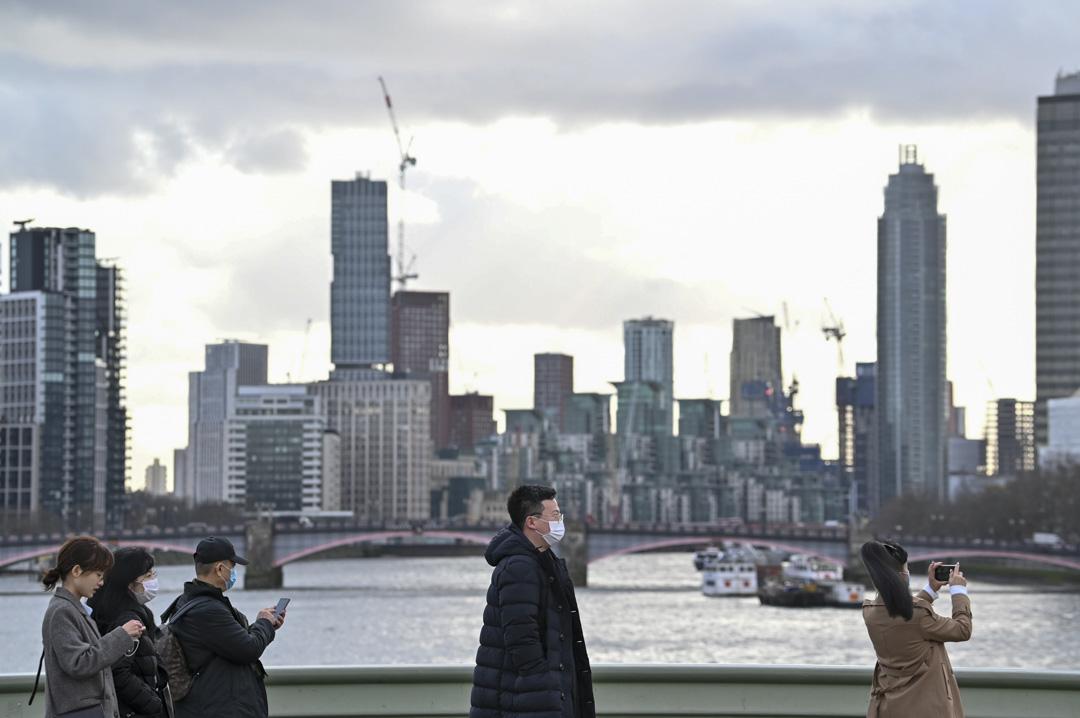 2020年1月28日,倫敦的泰晤士河堤岸附近,遊人都戴著口罩。