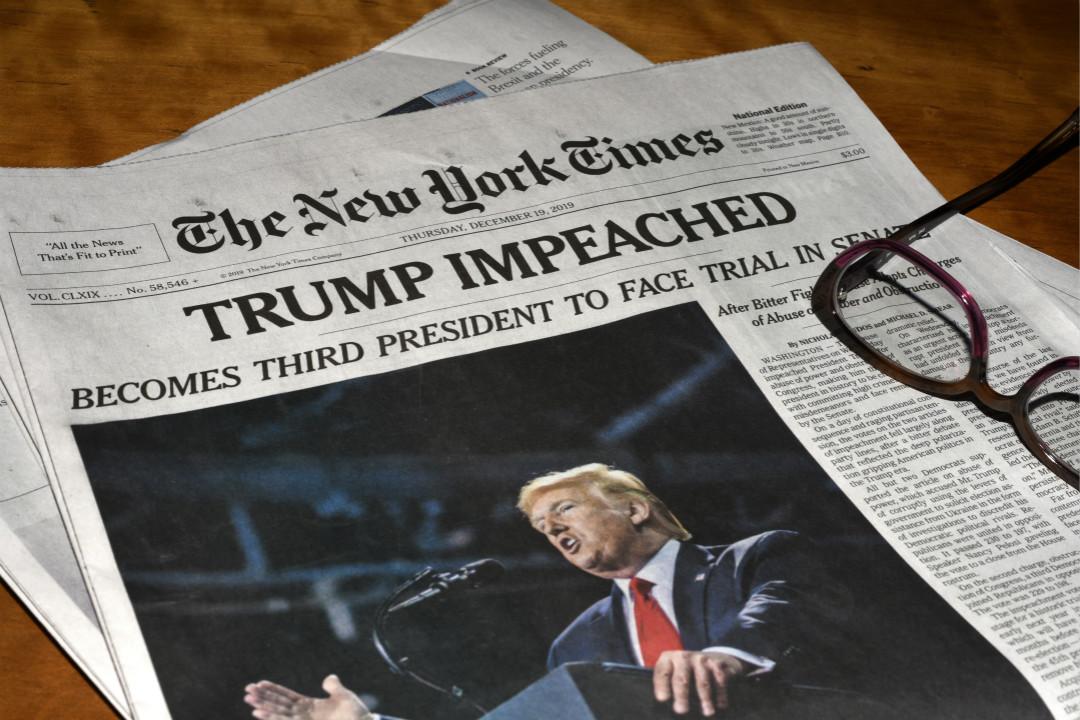 2019年12月19日,《紐約時報》頭版報導美國總統特朗普被發起彈劾。 攝:Robert Alexander/Getty Images