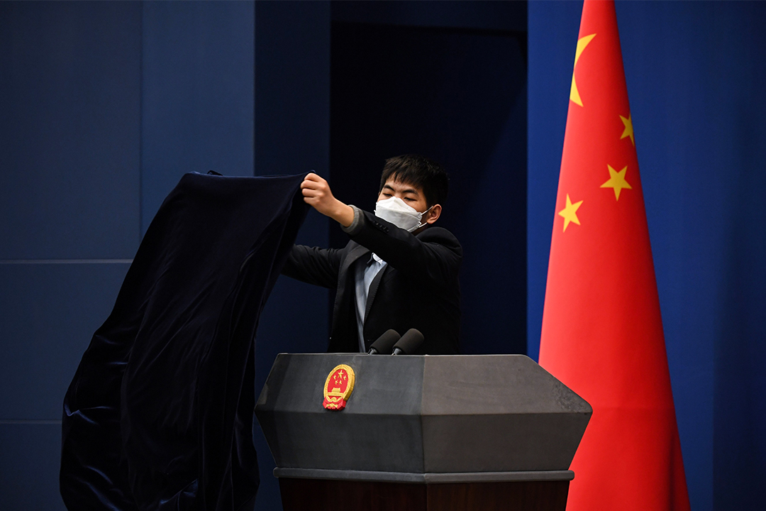 2020年3月18日,北京外交部舉行的記者會,一名工作人員戴著口罩以預防新型冠狀病毒。