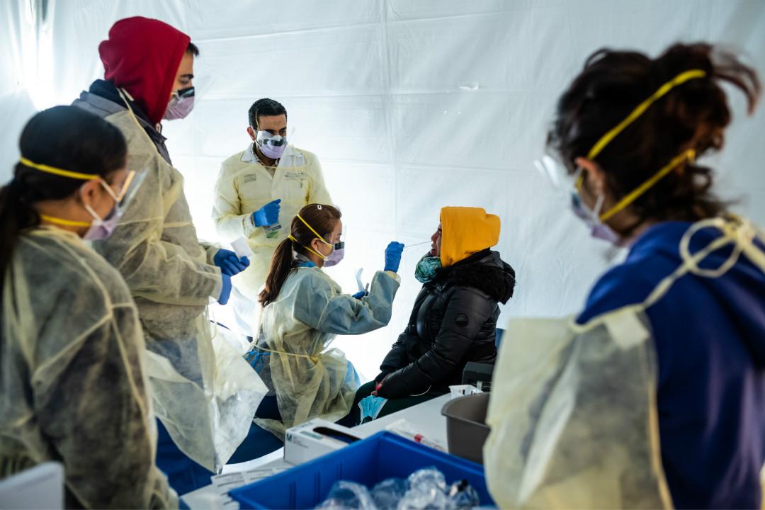 2020年3月24日,美國紐約市布朗克斯(Bronx)區,醫生在帳篷中進行 COVID-19 檢測。 攝:Misha Friedman/Getty Images