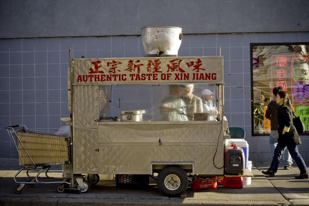 2008年10月19日,美國紐約法拉盛的街上中式小食檔。