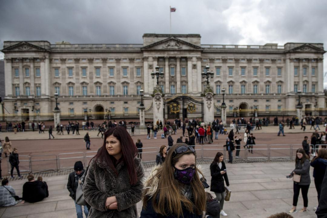 2020年3月14日,英國倫敦,隨著2019冠狀病毒的爆發加劇,一名女士在參觀白金漢宮時戴著口罩。 攝:Chris J Ratcliffe/Getty Images