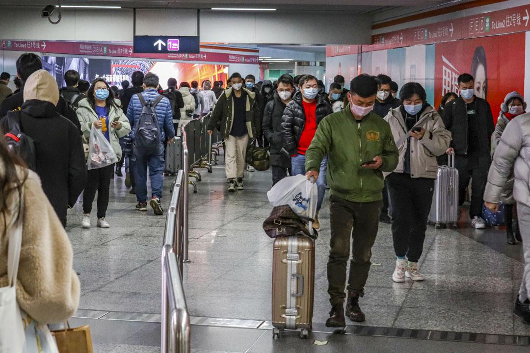 2020年3月2日,杭州地鐵客流明顯增加,市民都戴上口罩防疫。