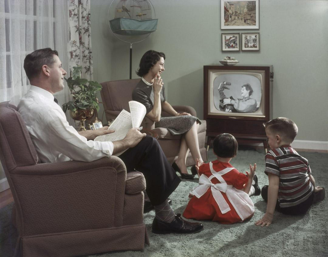 1957年,一個家庭坐在他們的客廳裡觀看電視。