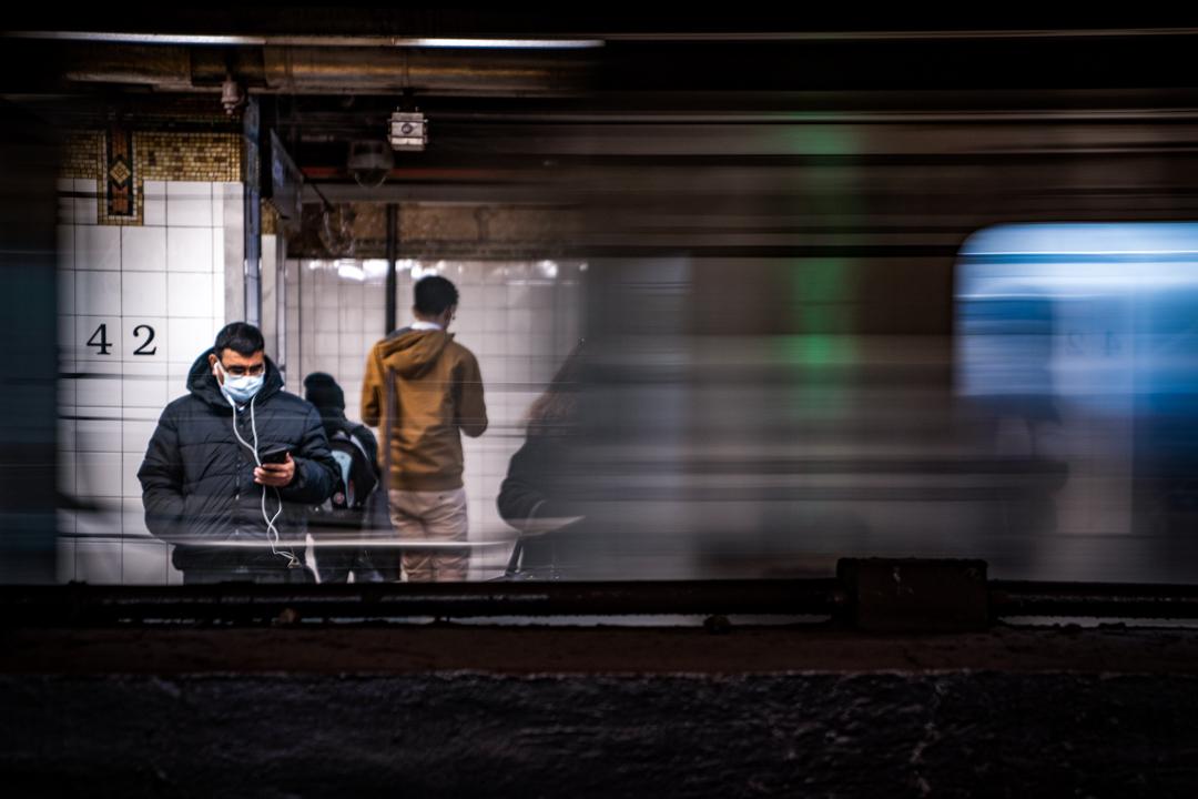 2020年3月5日,紐約市地下鐵的乘客戴著口罩。