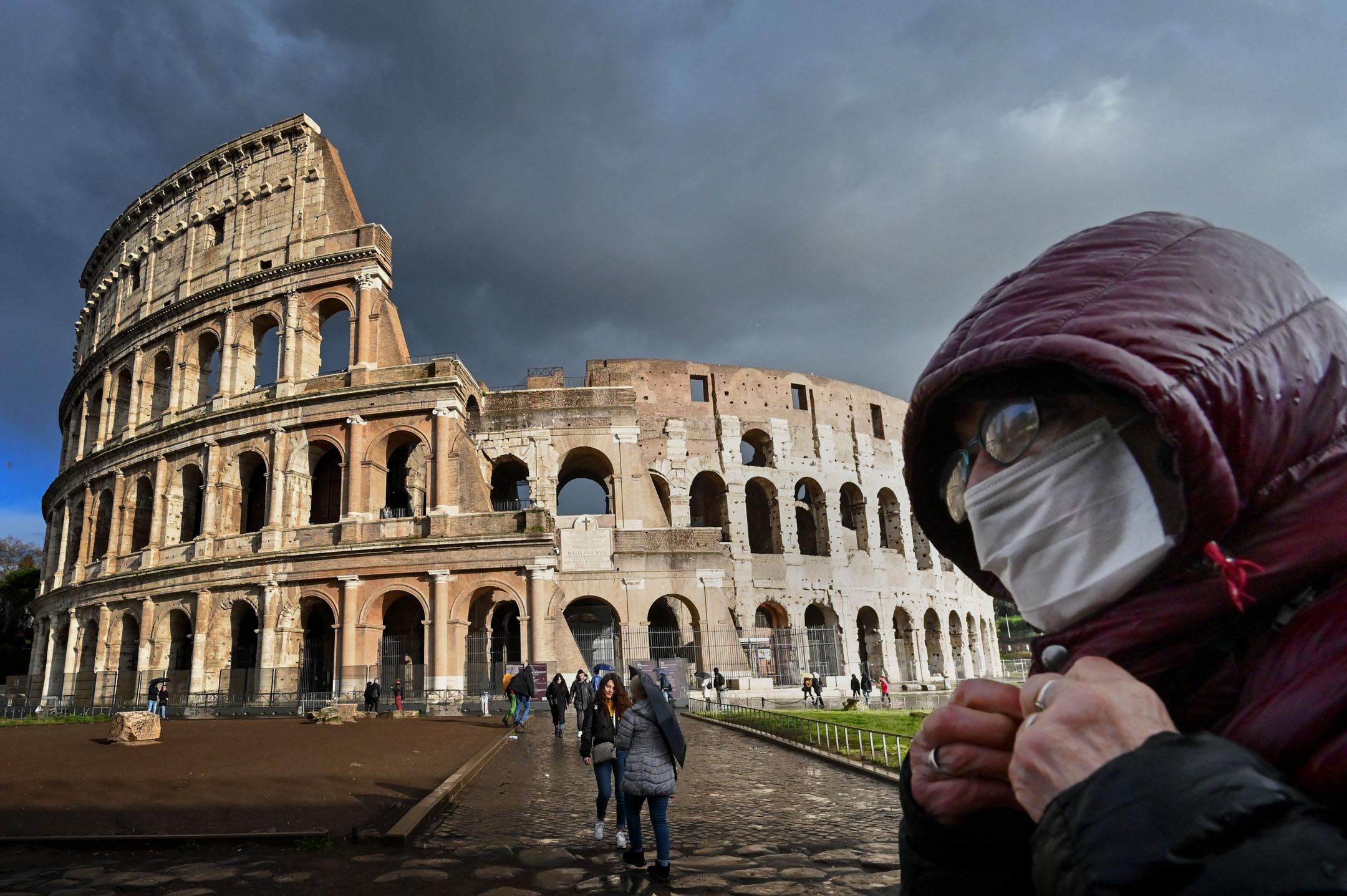 2020年3月7日,意大利的羅馬競技場前,路人戴著口罩。 攝:Alberto Pizzoli/ AFP via Getty Images