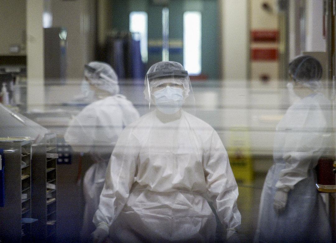 2003年8月27日,身穿防護服的醫務人員在大埔那打素醫院病房繼續工作。