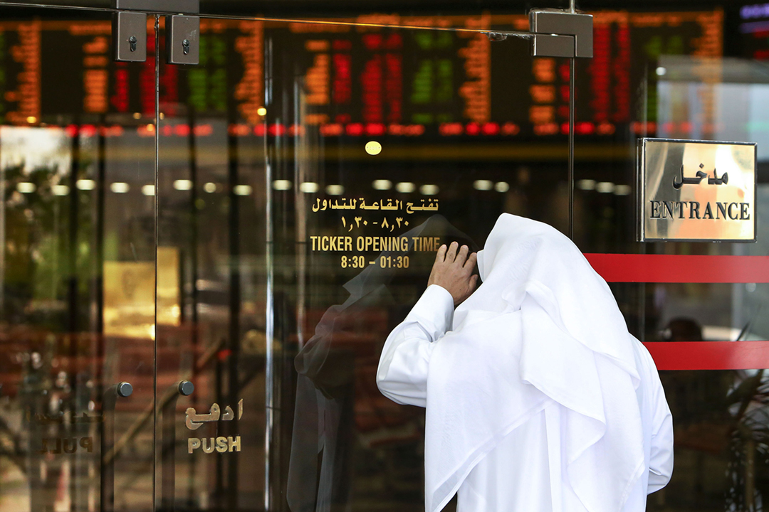 2020年3月8日在科威特,一名投資者正在觀察股市行情。 攝:Yasser al-Zayyat / AFP via Getty Images