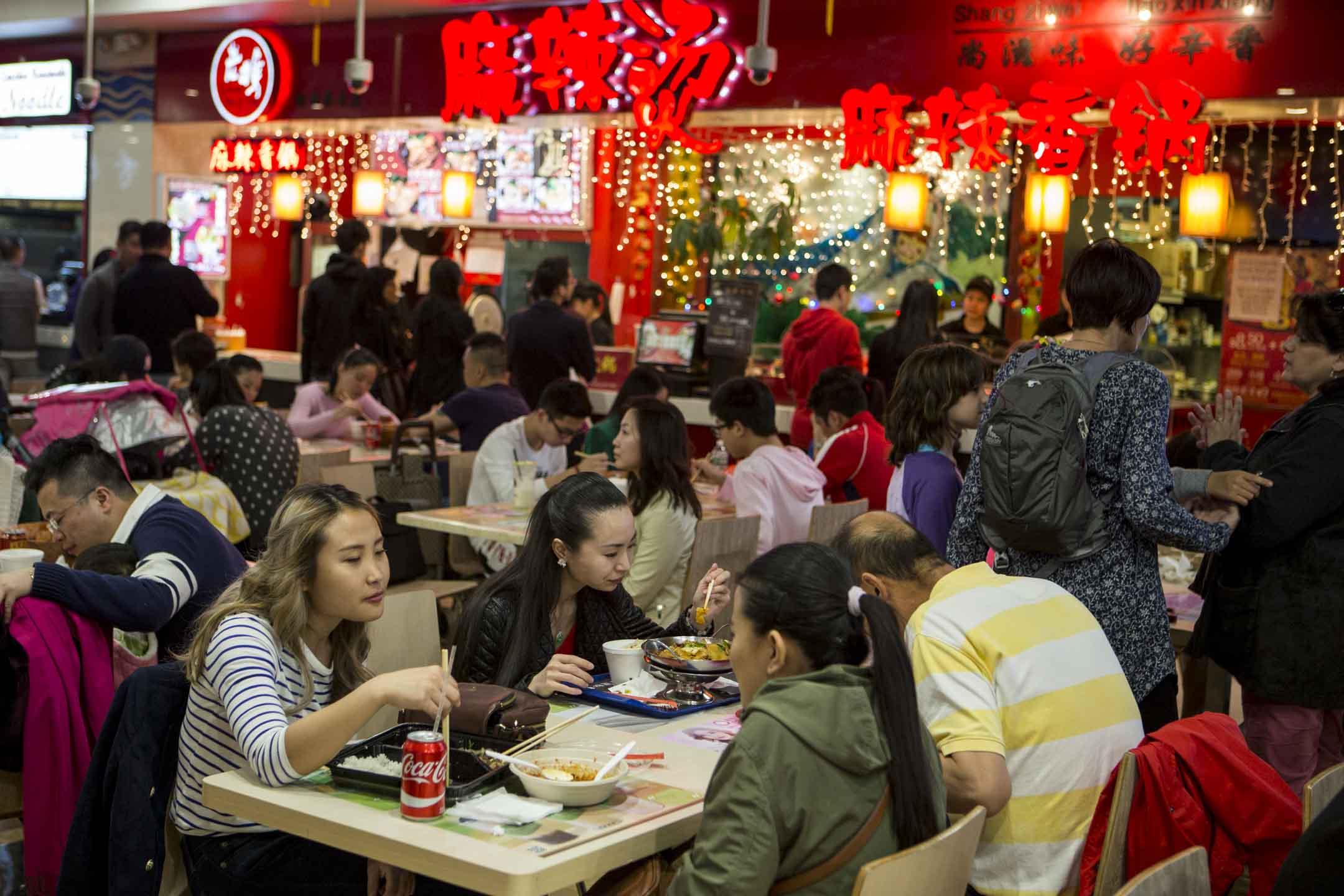 2017年4月18日,紐約法拉盛的一個美食廣場內有不少中式餐廳。 攝:Melanie Stetson Freeman/The Christian Science Monitor via Getty Images)