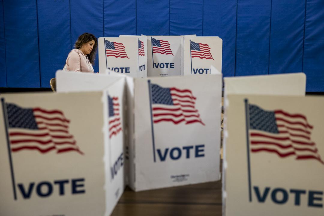 2020年3月3日,弗吉尼亞州一個的民主黨總統初選投票站,選民進行投票。
